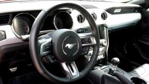 Cockpir des Ford Mustang V8; Foto: P. Bohne